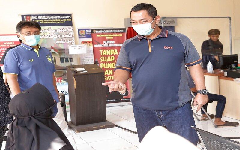 Wali Kota Semarang Hendrar Prihadi saat meninjau perekaman E-KTP di Kecamatan Genuk, Kota Semarang, Senin (10/8/2020). - Ist
