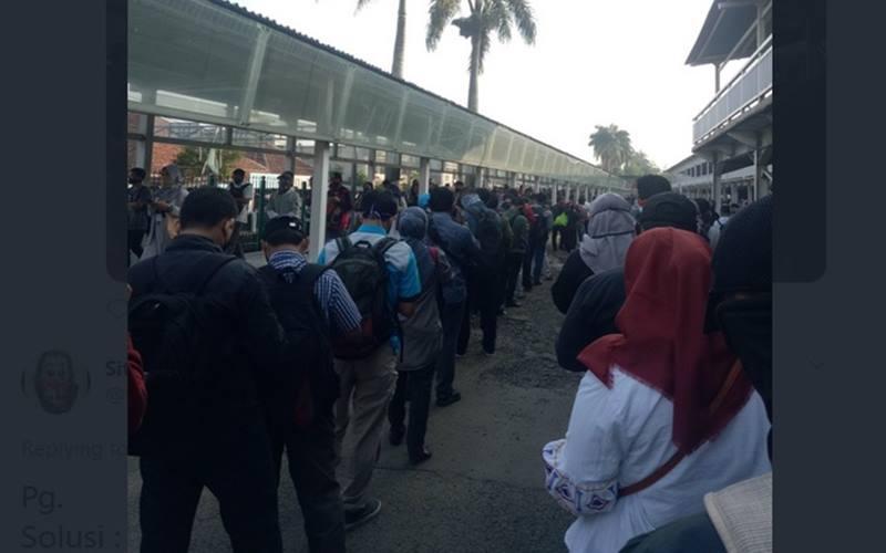 Ilustrasi - Antrean penumpang KRL di Stasiun Bogor, Jawa Barat, Senin (8/6/2020), mengular hingga di area parkir stasiun. - Twitter