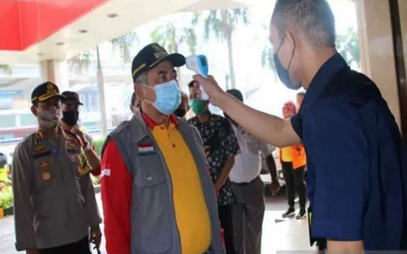 Wali Kota Bekasi Rahmat Effendi memantau protokol kesehatan salah satu pusat perbelanjaan di masa adaptasi kebiasaan baru. - Antara\n\n