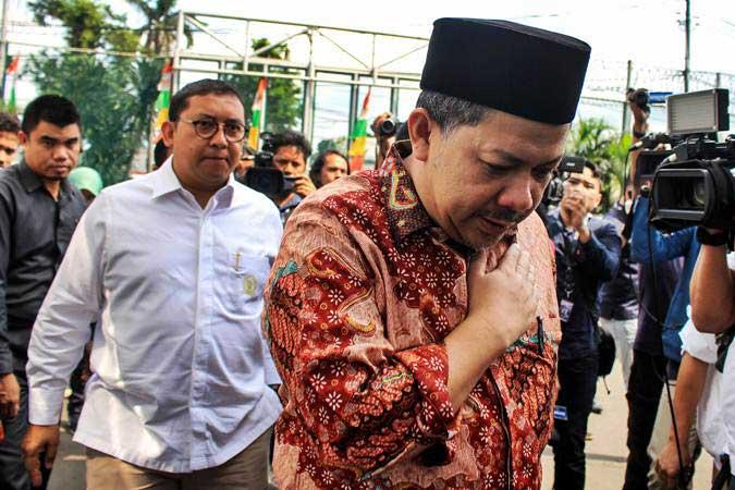 DPR Fahri Hamzah (kanan) dan Fadli Zon (kiri) memberikan keterangan kepada media sebelum menjenguk musisi Dhani Ahmad Prasetyo alias Ahmad Dhani di Rutan Cipinang, Jakarta, Rabu (6/2/2019). - ANTARA/Putra Haryo Kurniawan