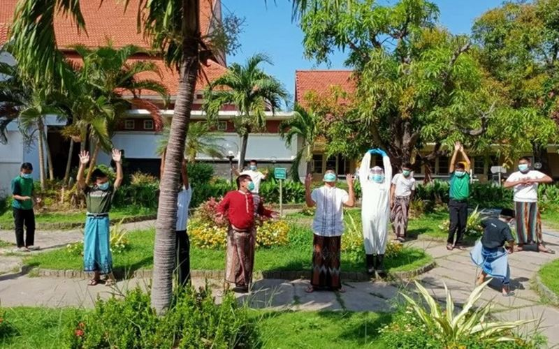 Santri Pondok Modern Darussalam Gontor Kampus 2, Ponorogo, Provinsi Jawa Timur yang positif terpapar Covid-19 melakukan aktivitas senam pagi di area taman Rumah Sakit Lapangan Indrapura Surabaya, Selasa (14/7/2020). - Antara