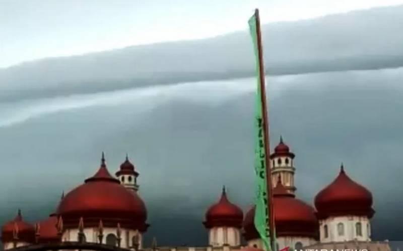 Tangkapan layar yang terekam kamera warga diatas langit Masjid Agung Baitul Makmur Meulaboh, Aceh Barat, saat terjadinya fenomena alam awan Arcus, Senin (10/8/2020) pagi. Fenomena alam ini hingga Senin malam turut menjadi perbincangan hangat masyarakat dan jagat media sosial karena bentuknya mirip gelombang tsunami yang melanda Aceh pada 26 Desember 2004. - Antara