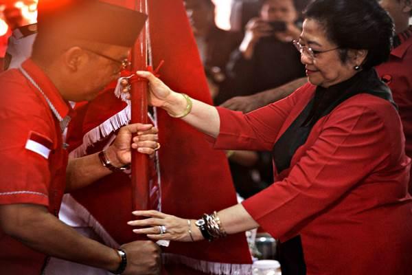 Ketua Umum DPP PDIP Megawati Sukarnoputri (kanan) menyerahkan bendera partai kepada Ketua DPD PDIP Banten yang baru Asep Rahmatullah (kiri) saat upacara pelantikan di Serang, Banten, Rabu (1/11). Asep Rahmatullah yang juga Ketua DPRD Banten dilantik Megawati menggantikan pejabat sebelumnya Sukira. ANTARA FOTO - Asep Fathulrahman