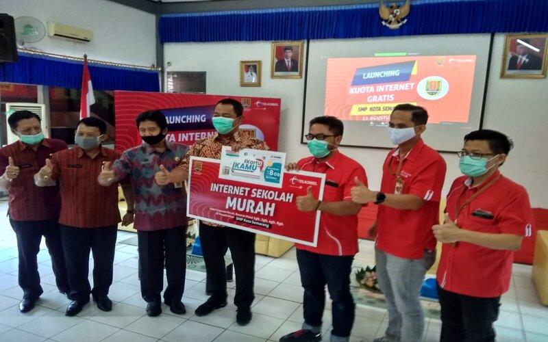 Penyerahan simbolik kuota gratis oleh perwakilan Telkomsel kepada Wali Kota Semarang Hendrar Prihadi, Selasa (11/8/2020). - Bisnis/Alif N.