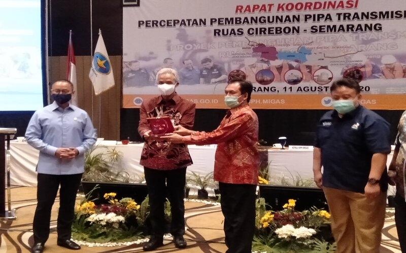 Gubernur Jateng Ganjar Pranowo (kedua kiri) menerima plakat dari Kepala BPH Migas M. Fanshurullah dalam Rakor Percepatan Pembangunan Transmisi Gas Bumi Ruas Cirebon - Semarang. - Bisnis/Alif N.