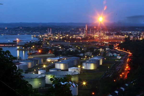 Kilang minyak Balikpapan terlihat pada malam hari. - Bisnis