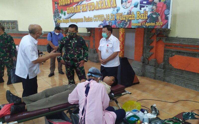 Pangdam IX/Udayana, Mayor Jenderal TNI Kurnia Dewantara saat meninjau proses donor plasma konvalesen, di Makorem 163/Wira Satya, Selasa (11/8/2020). - Antara/Ayu Khania Pranisitha