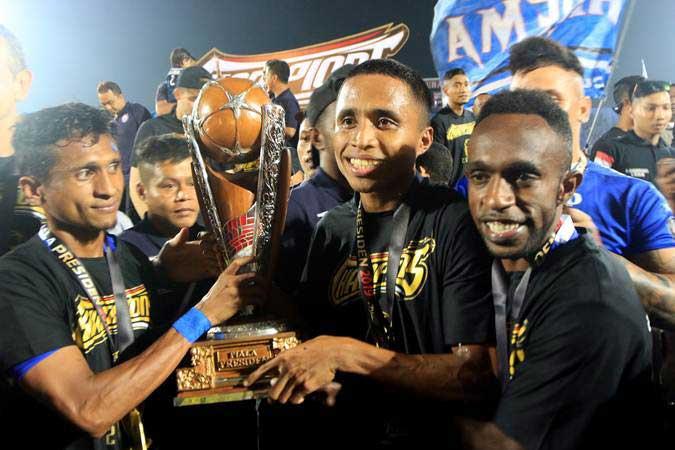 Pemain Arema FC mengangkat Piala merayakan gelar juara Piala Presiden 2019 di Stadion Kanjuruhan Malang, Jawa Timur, Jumat (12/4/2019)./Antara - Budi Candra Setya