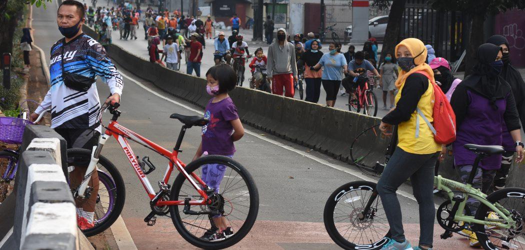 Warga berolahraga menggunakan sepeda di kawasan Sultan Iskandar Muda, Jakarta, Minggu (26/7/2020).  - ANTARA.