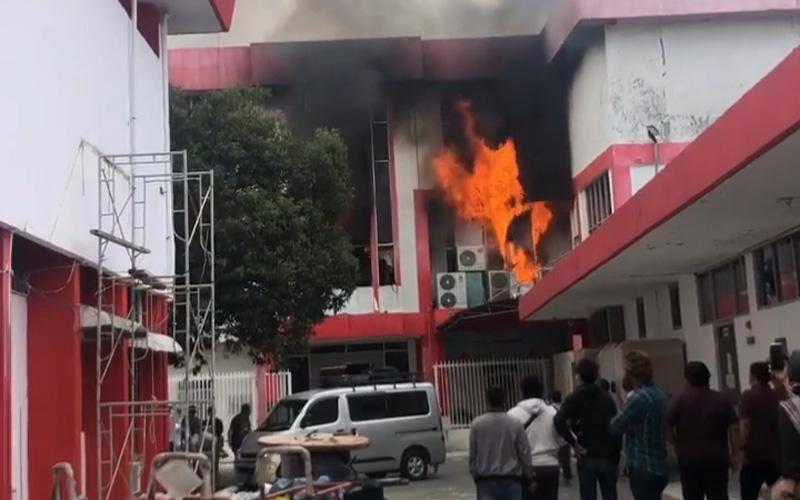 Gambar tangkapan layar dari video Gedung Telkom di Pekanbaru yang terbakar, Selasa (11/8 - 2020) sore. / Dok. Instagram indihomeriaudaratan