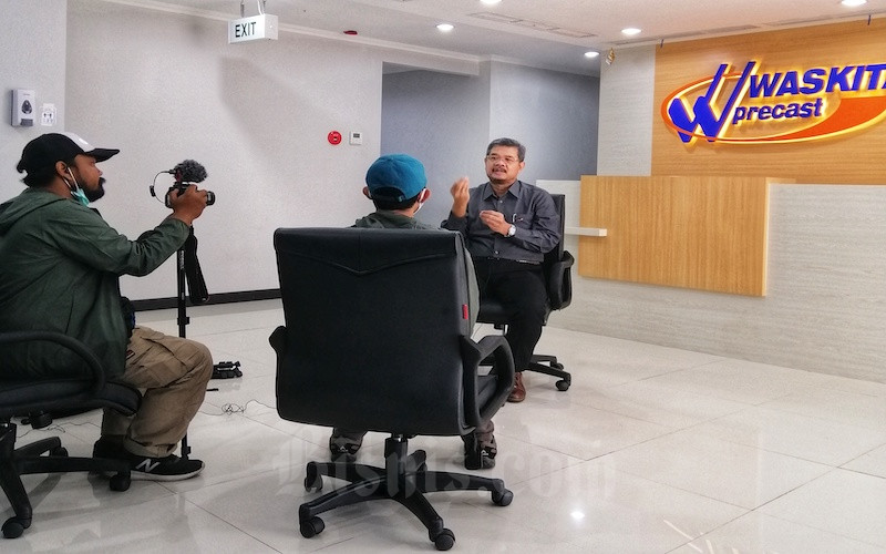 Direktur Pemasara PT Waskita Beton Precast Tbk. Agus Wantoro saat diwawancarai oleh Tim Jelajah Infrastruktur Kalimantan. - JIBI/Tim Jelajah Infrastruktur Kalimantan