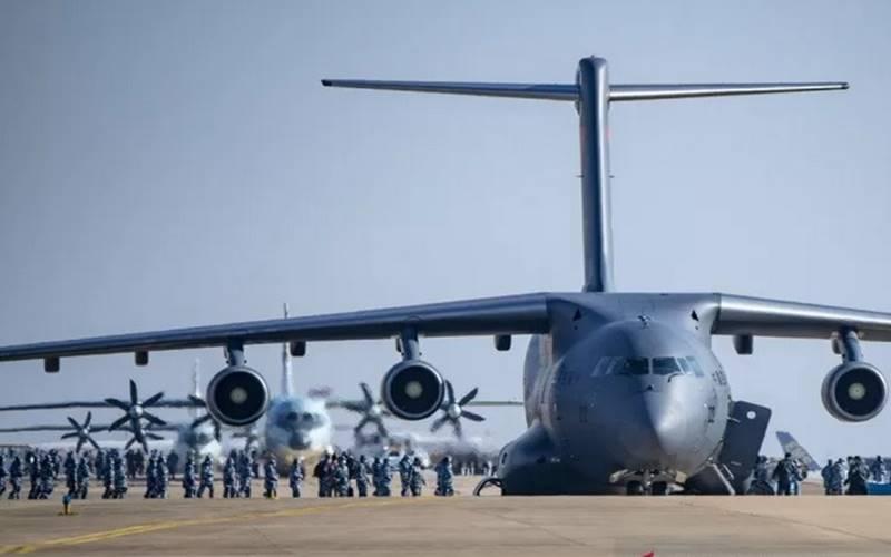 Pesawat angkut Yun-20 milik PLA mengirimkan tim medis ke Wuhan, China, pada 17 Februari 2020, untuk membantu mengatasi wabah Covid-19. - Antara\n\n