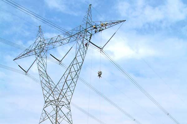 Saluran Transmisi merupakan media yang digunakan untuk mentransmisikan tenaga listrik dari Generator Station/ Pembangkit Listrik sampai distribution station hingga sampai pada konsumer pengguna listrik.  - pln.co.id