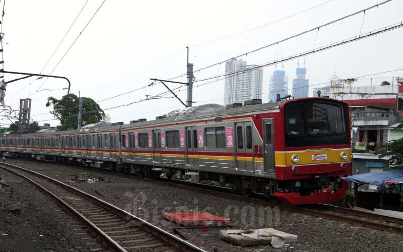 Kereta Rel Listrik melintas didekat Stasiun Tanah Abang, di Jakarta, Jumat (10/4). PT Kereta Commuter Indonesia (KCI) akan menyesuaikan operasional kereta rel listrik (KRL) Jabodetabek sejalan dengan kebijakan pembatasan sosial berskala besar (PSBB) yang sudah ditetapkan oleh pemerintah pusat. Sesuai aturan PSBB, maka operasional KRL di pemerintah provinsi DKI Jakarta dimulai pukul 06.00 WIB dan berakhir hingga 18.00 WIB. Bisnis - Dedi Gunawan