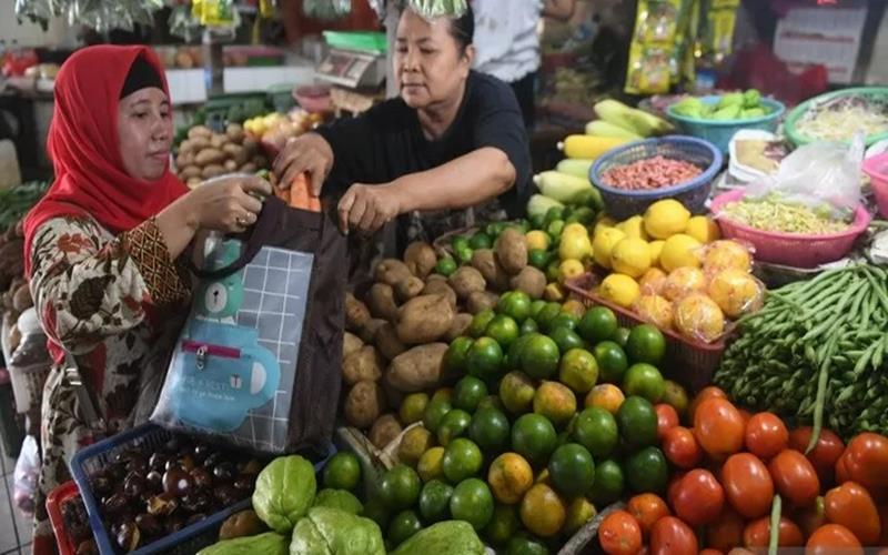 Pedagang memasukkan belanjaan ke dalam tas belanjaan di Pasar Tebet Barat, Jakarta, Senin (27/1/2020). - Antara