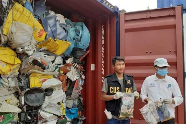 Petugas dari Kantor Bea dan Cukai dan Dinas Lingkungan Hidup Kota Batam memeriksa isi kontainer yang diduga mengandung limbah bahan berbahaya dan beracun di Pelabuhan Batuampar, Kota Batam, Kepulauan Riau.  - Foto ANTARA