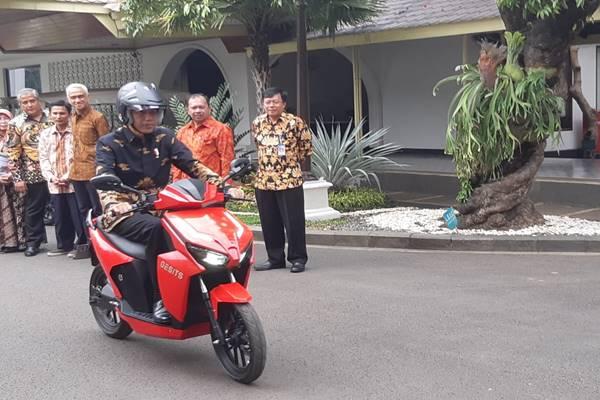 Presiden Joko Widodo mencoba sepeda motor listrik produksi PT Wijaya Manufakturing, Rabu (7/11)./JIBI - BISNIS/Yodie Herdiyan