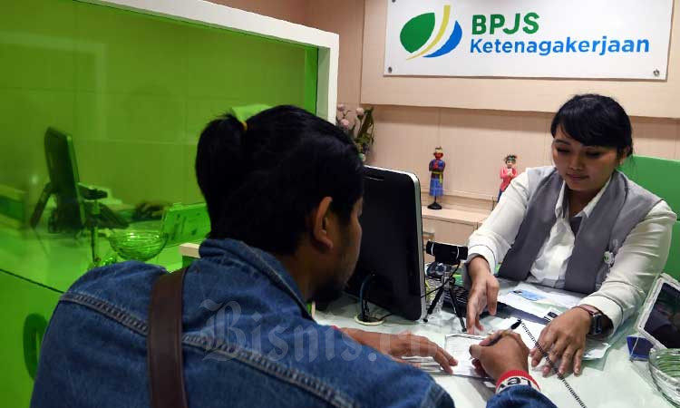 Petugas melayani pengunjung di kantor BPJS di Jakarta, Senin (9/3/2020). Bisnis - Abdurachman