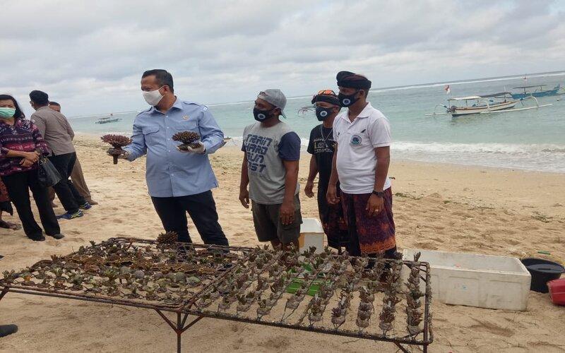 Menteri Kelautan dan Perikanan RI Edhy Prabowo bersama Kelompok Pembudidaya Karang Hias Pantai Pandawa.