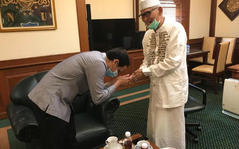 Menteri Pendidikan dan Kebudayaan Nadiem Makarim berkunjung ke Gedung PBNU menemui Rais Aam PBNU, KH Miftahul Akhyar.  - PBNU\n
