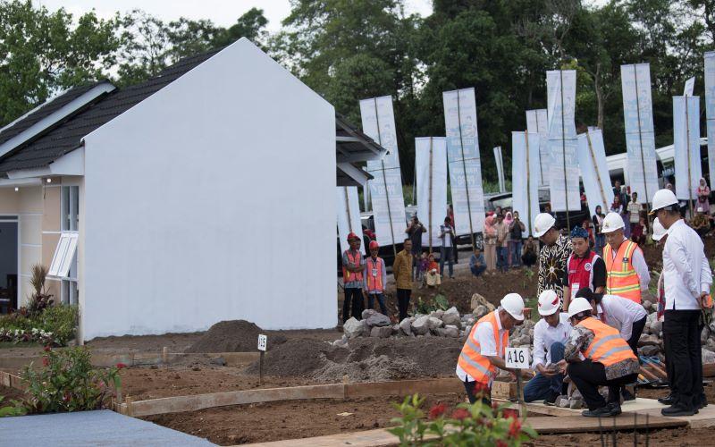 Presiden Joko Widodo (kedua kiri) dan Menteri Pekerjaan Umum Basuki Hadimuljono (paling kiri) meletakkan batu pertama pembangunan perumahan Persatuan Pencukur Rambut Garut (PPRG) dalam mewujudkan program sejuta rumah memberikan akses KPR bersubsidi untuk pekerja sektor informal yang bergabung dalam komunitas PPRG melalui Fasilitas Likuiditas Pembiayaan Perumahan. - Antara / Puspa Perwitasari