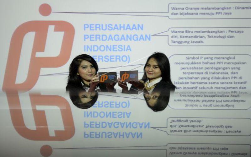 Dua model menunjukkan logo baru PT Perusahaan Perdagangan Indonesia (PPI) saat peluncurannya di Jakarta, Selasa (31 / 3). Antara