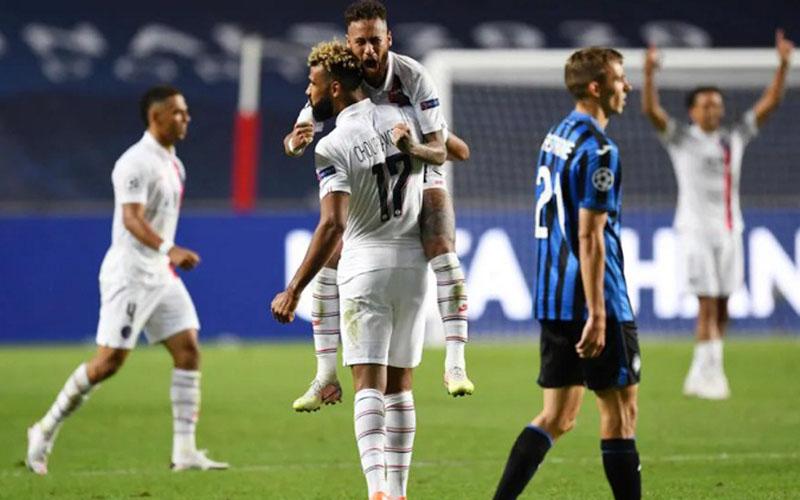 Pencetak gol kemenangan PSG Eric Maxim Choupo-Moting (17) disambut Neymar da Silva Jr. setelah mereka memastikan kemenangan atas Atalanta di perempat final Liga Champions. - UEFA.com