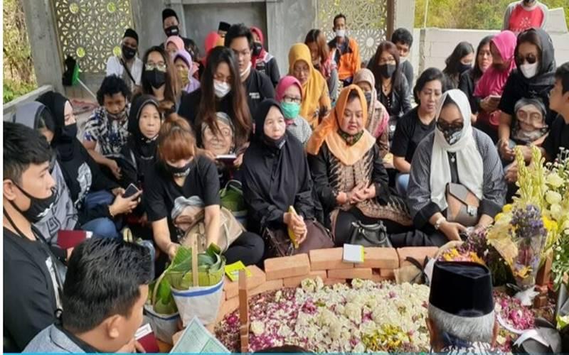 atusan Sobat Ambyar dari berbagai daerah silih berganti berziarah ke makam Didi Kempot di TPU Desa Majasem, Kecamatan Kendal, Kabupaten Ngawi, Jawa Timur, Rabu (12/8/2020). - Madiunpos.com