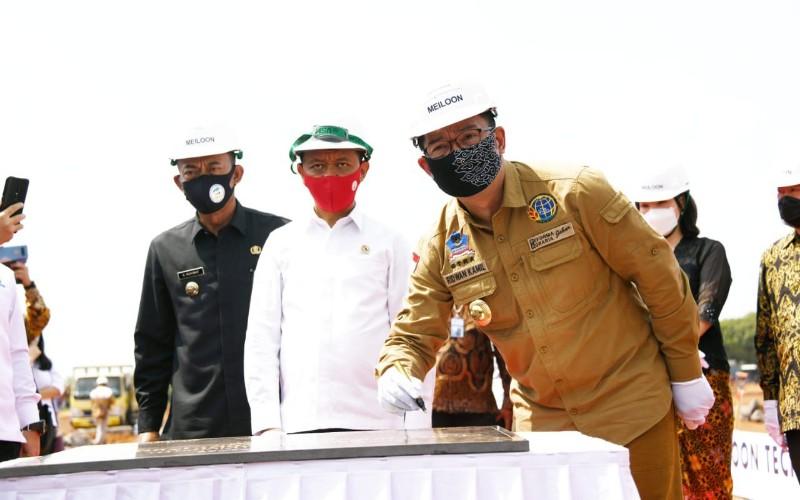 Gubernur Jabar Ridwan Kamil ditemani Kepala BKPM Bahlil Lahadalia dan Bupati Subang Ruhimat saat penandatanganan pembangunan pabrik Meiloon di Subang belum lama ini. - Istimewa