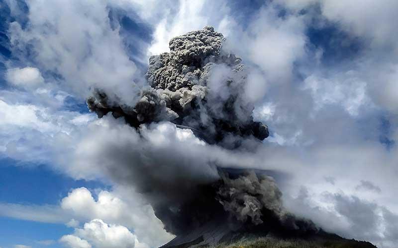 Gunung Sinabung menyemburkan material vulkanik saat erupsi di Karo, Sumatera Utara, Senin (10/8/2020). Gunung Sinabung erupsi dengan tinggi kolom 5.000 meter di atas puncak atau sekitar 7.460 meter di atas permukaan laut. ANTARA FOTO - Sastrawan Ginting