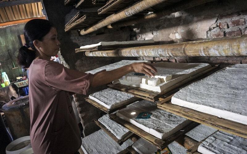 Pekerja memproduksi tahu dari bahan kedelai di salah satu sentra produksi tahu di Kabupaten Batang, Jawa Tengah, Senin (10/8/2020). Menurut salah satu produsen, produksi tahu menurun sekitar 50 persen dari rata-rata 200 kuintal per hari menjadi 100 kuintal akibat naiknya harga kedelai impor karena pandemi Covid-19. - Antara/Harviyan Perdana Putra