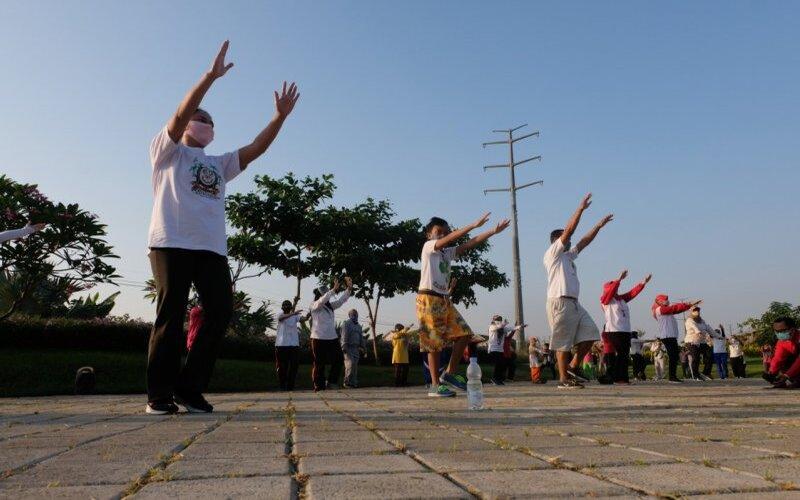 Sejumlah warga mengikuti senam pernafasan Covid-19 yang digelar di Taman Harmoni, Kota Surabaya pada Sabtu pekan lalu. - Humas Pemkot Surabaya