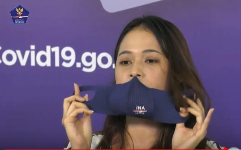Anggota Tim Pakar Satgas Covid-19 Shela Rachmayanti mempraktikkan cara melepas masker yang benar. JIBI - Bisnis/Nancy Junita