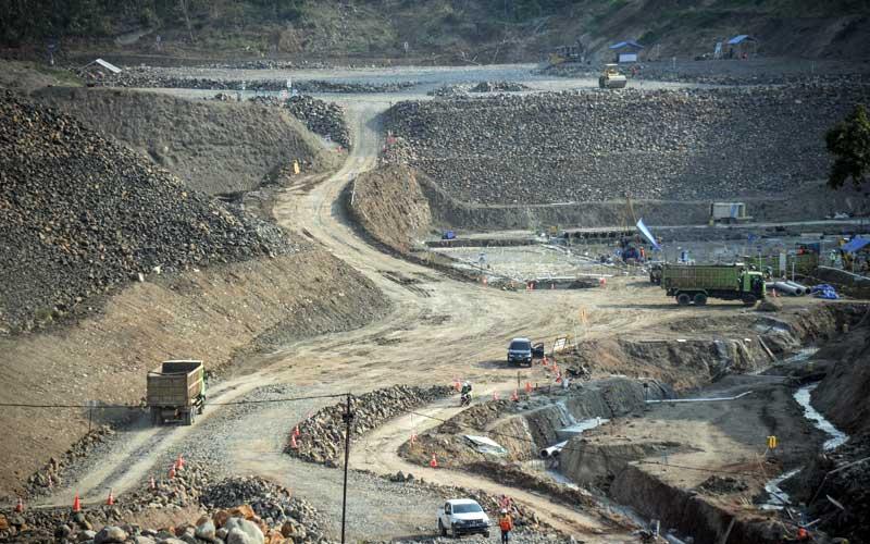 Foto udara proyek Bendungan Cipanas di Ujung Jaya, Kabupaten Sumedang, Jawa Barat, Selasa (21/7/2020). Pemerintah menargetkan pembangunan Bendungan Cipanas yang merupakan proyek strategis nasional dengan volume tampung air 250 juta meter kubik rampung pada 2022./Antara - Raisan Al Farisi
