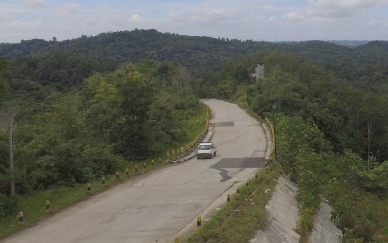 Jalan akses ke Sepaku di Kawasan Samboja, Kutai Kartangera, dikelilingi hutan Bukit Bangkirai - Bisnis.com/Tim Jelajah Infrastruktur Kalimantan
