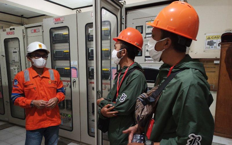 Manager PLN UPT Kaltim, Kuncoro Suryokusumo Menerima Tim Jelajah Infrastruktur Kalimantan 2020 Bisnis Indonesia Di Room Panel Gardu Induk Embalut PLN - Bisnis.com/Tim Jelajah Infrastruktur Kalimantan