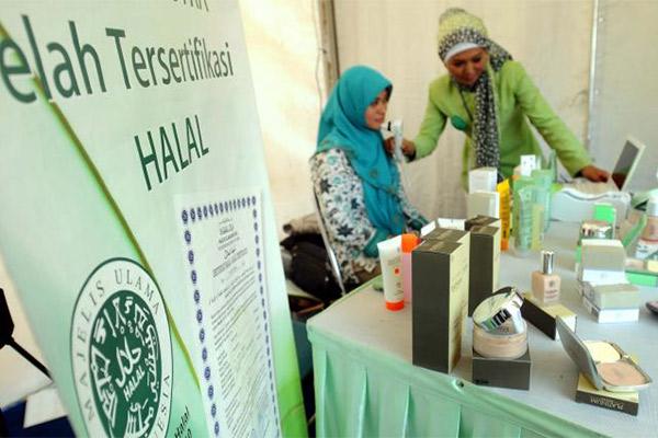 Produk kosmetika yang telah memiliki sertifikat halal dipamerkan pada sebuah pameran produk UMK. - Bisnis/Rachman