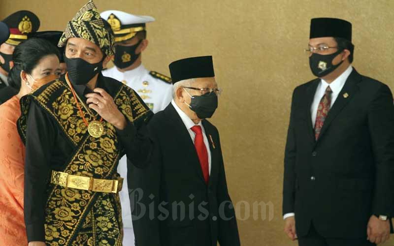 Presiden Joko Widodo didampingi Wakil Presiden Maruf Amin bersiap memasuki Gedung Kura-Kura untuk mengikuti Sidang Tahunan MPR di Jakarta, Jumat (14/8/2020). Bisnis - Arief Hermawan P