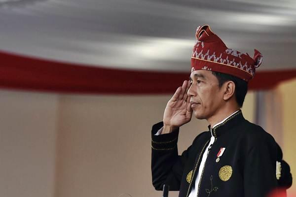Presiden Joko Widodo memberi hormat saat upacara penurunan bendera Merah Putih dalam rangka HUT ke-72 RI di istana Merdeka, Jakarta, Kamis (17/8). - ANTARA/Puspa Perwitasari