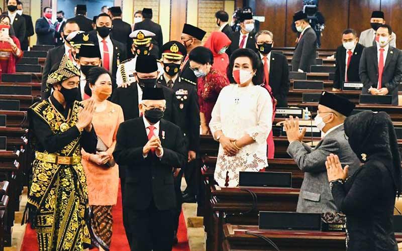 Presiden Joko Widodo (kiri) bersama Wakil Presiden Ma'ruf Amin menyapa anggota DPR saat mengahadiri Sidang Tahunan MPR dan Sidang Bersama DPR-DPD di Jakarta, Jumat (14/8/2020). Biro Pers Sekretariat Presiden - Muchlis Jr