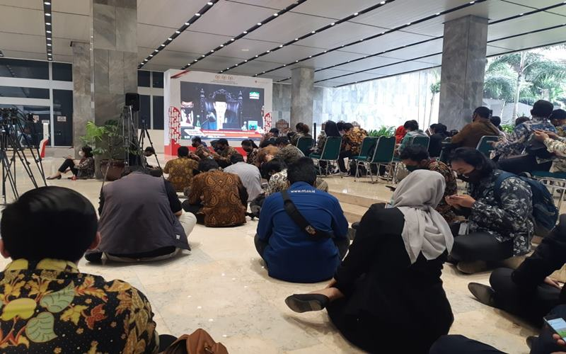 nSebagian awak media dan tamu terlihat mengikuti Sidang Tahunan MPR melalui layar lebar di Lobby Nusantara II Gedung DPR, Jumat (14/8/2020). JIBI - Bisnis/John Andi Oktaveri\n