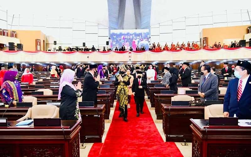 Presiden Joko Widodo bersama Wakil Presiden Ma'ruf Amin menyapa anggota DPR saat mengahadiri Sidang Tahunan MPR dan Sidang Bersama DPR-DPD di Jakarta, Jumat (14/8/2020). Biro Pers Sekretariat Presiden - Muchlis Jr