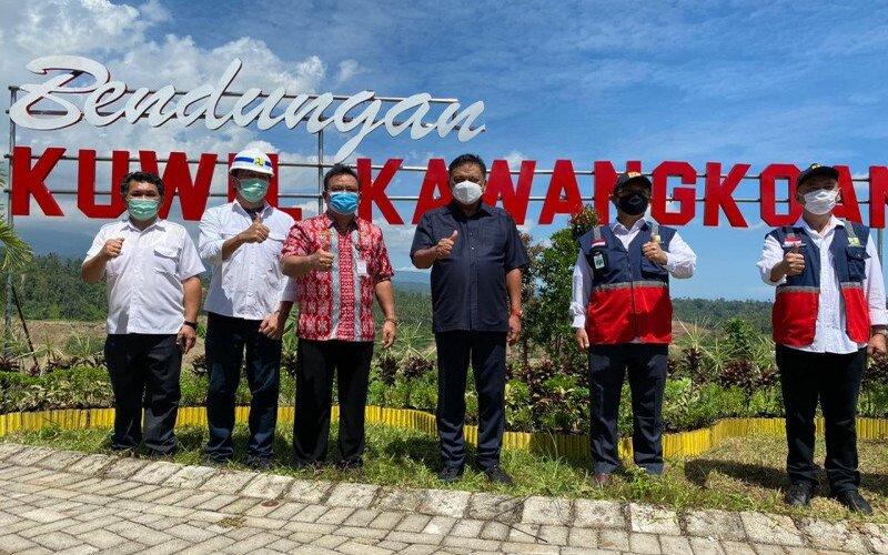 Gubernur Olly Dondokambey (ketiga kanan) foto bersama pejabat jajaran Balai Sungai wilayah Sulawesi I dan Pemerintah Kabupaten Minahasa Utara saat meninjau Bendungan Kuwil-Kawangkoan, Kamis (13/8/2020). - Antara/Karel A Polakitan