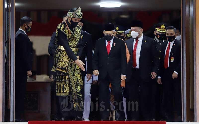 Presiden Joko Widodo diampingi Wakil Presiden Maruf Amin meninggalkan Ruang Rapat Paripurna I, Kompleks Parlemen, Jakarta, Jumat (14/8/2020). Bisnis - Arief Hermawan P