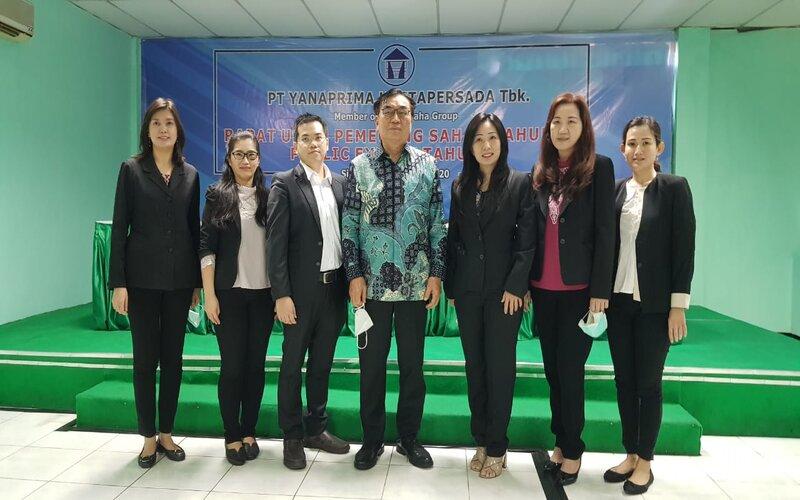 Direktur Utama YPAS Irwan Susanto (tengah), Direktur Keuangan YPAS, Rinawati (ketiga kanan) dan Manager Marketing YPAS, Bernard (ketiga kiri) bersama jajaran PT Yanaprima Hastapersada Tbk. (YPAS) seusai menggelar RUPS di Pabrik Sidoarjo, Jumat (14/8/2020). - Bisnis/Peni Widarti