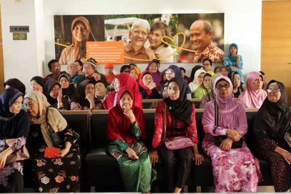 Nasabah Bank BTPN antre untuk bertransaksi di kantor cabang Cililitan, Jakarta Timur, Sabtu (2/7). BTPN tetap membuka layanan pembayaran uang pensiun dan gaji ke-13 pada 2 Juli-4 Juli menjelang libur Lebaran untuk memberikan pelayanan yang optimal kepada nasabah. - JIBI/Yayus Yuswoprihanto