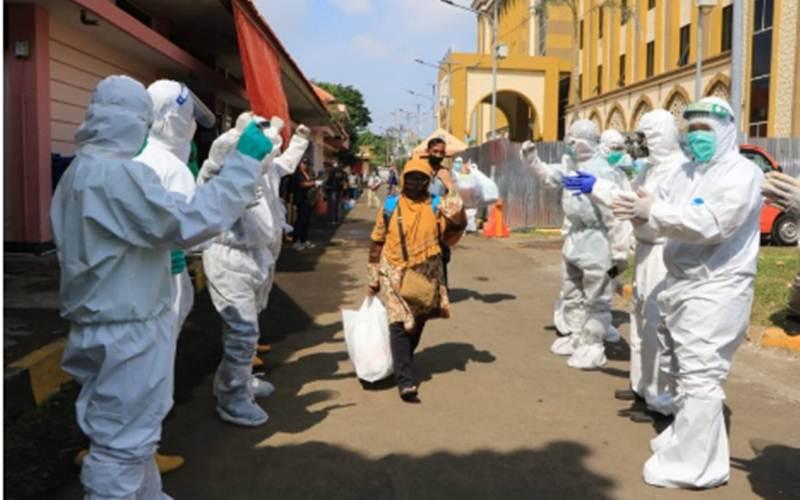 Sejumlah warga yang dinyatakan sembuh dari COVID-19 saat dipulangkan dari tempat karantina di Asrama Haji Surabaya, Kamis (2/6/2020). -  ANTARA/Humas Pemkot Surabaya