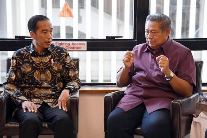 Presiden Joko Widodo (kiri) berbincang dengan Presiden Ke-6 Susilo Bambang. Foto arsip. - Biro Pers Sekretariat Presiden/Laily Rachev