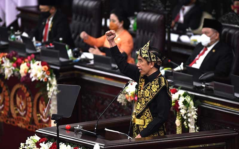 Presiden Joko Widodo memberikan pidato dalam rangka penyampaian laporan kinerja lembaga-lembaga negara dan pidato dalam rangka HUT ke-75 Kemerdekaan RI pada sidang tahunan MPR dan Sidang Bersama DPR-DPD di Komplek Parlemen, Senayan, Jakarta, Jumat (14/8/2020). ANTARA FOTO - Akbar Nugroho Gumay
