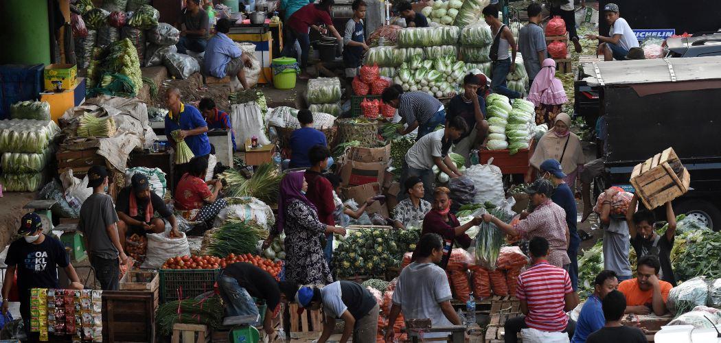 Suasana aktivitas jual beli di Pasar Induk Kramat Jati, Jakarta, Minggu (14/6/2020). - ANTARA FOTO/Indrianto Eko Suwarso
